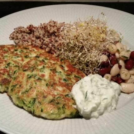 Halloumi- & zucchiniplättar med tzatziki